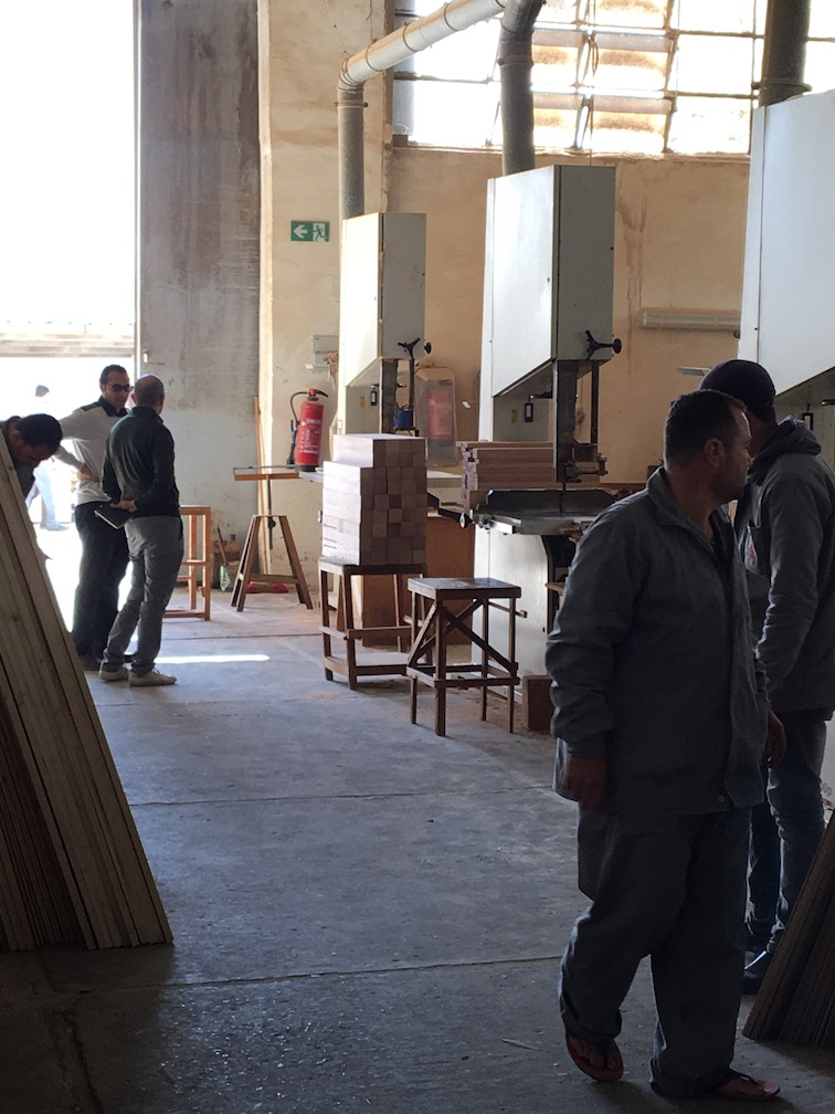"Mohammad Mamduh from the modern factory ""Pinocchio"" in New Damietta explains the work processes to Mohammad Abotera (DEDI)."