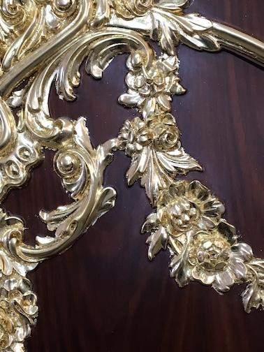 طلاء النقوش على خزانة بذهب ٢٤ قيراط
