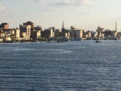 يصب نهر النيل في البحر المتوسط ١٠ كيلو مترات تقريبا شمال دمياط في رأس البر